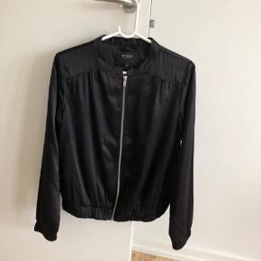 Let sort jakke/trøje fra VILA