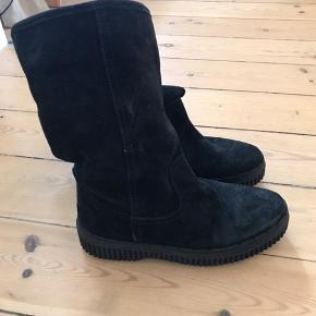 Ruskindstøvler med for i skaftet. Skaftet er 28 cm højt fra gulvet. De måler 24 cm i sålen, indvendigt.