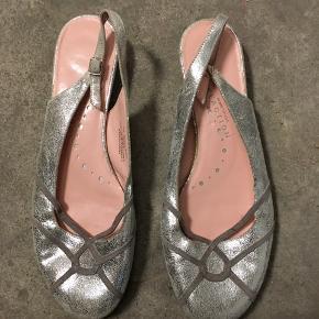 Sælger disse fine ballerinasko i sølvlook fra Kenneth Cole. De er købt for en del år siden og kun brugt 2 gange. Der er lidt slid under sålen, men ellers fremstår de som nye.