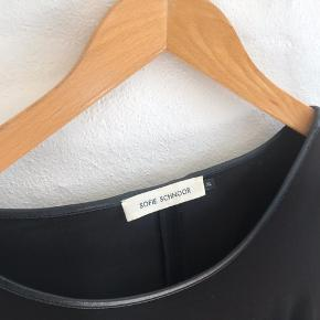 Flot og enkel kjole fra Sofie Schnoor. En L vil sagtens kunne bruge kjolen. BYD