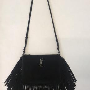 Flot sort ruskind taske fra YSL. Kun brugt få gange - er som ny. Kommer med certifikat. Måler ca 24x17x1 cm uden frynser.