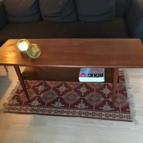 Super fedt Sofabord i teak. Pladen under bordet har er par finerskader og bordpladen kan shines endnu mere op med en let slibning og en gang olie. Prisen er sat derefter 😊