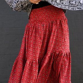 Sissel Edelbo 3/4 nederdel Model: Dancing skirt 3/4 nederdel Farve: Multifarvet rød mm Størrelse: One size Købspris: 799,-  Smuk nederdel fra Sissel Edelbo  Aldrig brugt, kun vasket og ellers hængt i skabet  Sissel Edelbo Dancing skirt 3/4 nederdel.  Style denne smukke nederdel med en top el t-shirt samt sandaler på varme sommerdage eller med en hyggelig trøje el strik samt strømpebukser og sneakers til efteråret.  Nederdelen er lavet af genanvendte sarier. Alle sarier er håndplukkede af Sissel Edelbo, og er, før de blev re-designet, blevet båret af en indisk kvinde. Kvindens og sariens historie viser sig i de unikke mønstre og små karakteristika. Ved at bære denne smukke nederdel fra Sissel Edelbo fortæller du historien videre.  Sissel Edelbos produkter er lavet af vintage sarier. Da stoffet er genanvendt, kender vi ikke den totale sammensætning af stoffet, som er håndplukket i Indien som en silke-mix. Der kan af samme grund forekomme små fejl i stoffet. De små fejl er en del af sariens charme og historie og betragtes ikke som reklamation.   Alle produkter fra Sissel Edelbo er unikke.  Dvs der kun findes den ene du ser her på billedet og kun i den viste størrelse.  Dét gør din nederdel helt unik - og et smukt og farverigt alternativ til andre nederdele.  LET THE STORY CONTINUE 💞  FROM ONE WOMAN TO ANOTHER