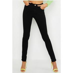 Skinny bukser, i farven sort.  Aldrig brugt