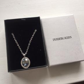 Flot halskæde fra Dyrberg/kern med blå sten. Æske medfølger Sælges for 245kr plus porto