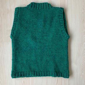 Hjemmestrikket vest strikket i en tråd 100% uld og en tråd alpaca silk med 77% alpaca uld og 23% silke. Perfekt stand og god kvalitet😁 passer også xs og medium afhængig af ønskede pasform