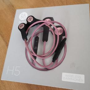 Rosa B&O Play H5 trådløse høretelefoner. Virker upåklageligt. Lader og ekstra dutter medfølger.