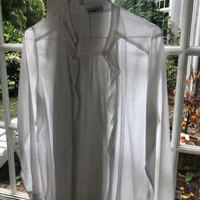 Str. 40 men er tilsvarende til en small. Den er kun brugt få gange. Super fin skjorte.
