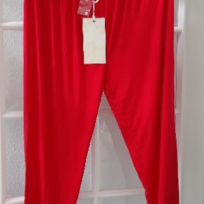 Nye røde leggings str M med knap detalje bagpå nederst Talje ca løst mål 2x 41 cm udstrakt mål ca 2x 73 cm,ben længde indvendig ca 66 cm Materiale 95 % viskose,5 % elastan Bemærk prisen er inkl fragt med DAO 😉 Gerne MobilPay 😉