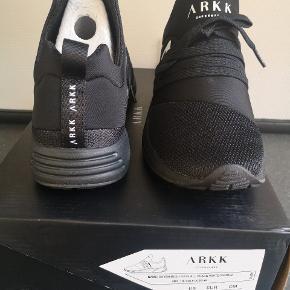 Splinter nye arkk Copenhagen sko sælges.  Str 38  Sælges da jeg desværre har købt dem for små... De er lige kommet tilbage fra en ombytning ved firmaet - så de har aldrig været i brug.   Ny pris 850kr (kvittering haves)  Mp 600kr  (Der er ikke prismærke på) men de er nye i kasse.