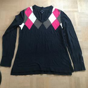 Varetype: Lækker bluse fra Tommy Hilfiger Farve: Se foto Oprindelig købspris: 499 kr.  Kan sendes eller afhentes i Århus C.