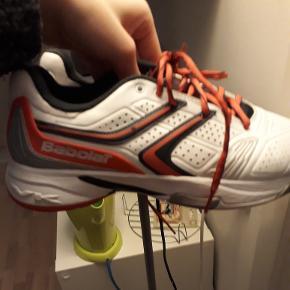 Indendørs badminton/trænings sko sælges. Skoene er Babolat og er købt på en engelsk hjemmeside.   Skoene er meget lidt brugt og holder sig stadig flot.  Anvendt kun indendørs.  Kan afhentes i Århus C eller sendes med dao efter aftale med køber 🌸