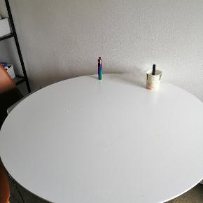 Der er 4 stole der høre til, det har kostet 2500 fra ny sælger det ik hver for sig, vi kan måske forhandle en smule men nu må vi se