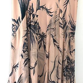 Diane von Furstenberg silke nederdel, brugt få gange, er som ny. Længde  86 cm