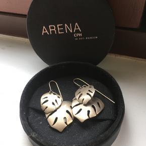 Flotte blad øreringe i guld fra Arena CPH. Øreringene kunne godt bruge en forgyldning, men fremstår stadig flot, som de er. :-)