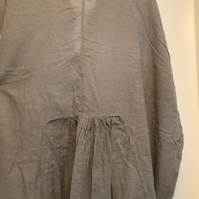 Fin kjole fra Rabens Saloner.   Ingen tegn på slidtage.   Den er overside, men falder rigtig flot.  Dejlig sommerkjole men også til efteråret.   Kvalitet:  100% bomuld