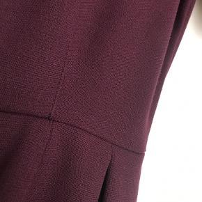 Bordeaux H&M kjole med lommer i str. 36.  Køber betaler porto, som er 35,-, hvis den skal sendes.