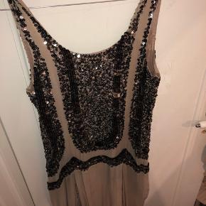 Sælger denne meget smukke paliet kjole 🎊 der står ikke størrelse i, men den er nok en s/m (jeg er en medium/large normalt og passer den fint. Enkelte steder er nogle af palietterne løse men det ser man ikke når den er på ☺️ giv et bud
