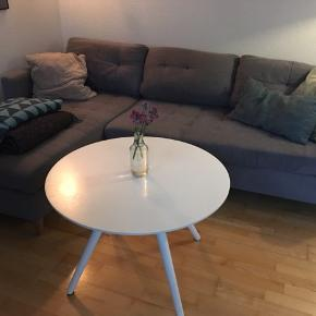 Sælger denne lysegrå sofa med chaiselong pga flytning. Chaiselongen kan vendes så den også er venstre-vent. Den er brugt men i god stand. Puder medfølger ikke.   Kom med et bud ☺️