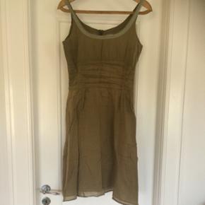 Virkelig lækker Noa Noa kjole i 2 lag. Armygrøn. Lynlås i ryggen. Sidder supergodt! Ren bomuld. Str. M ❤️ Jeg er 176 cm og den går mig til knæene ... Sælges da jeg trænger til fornyelse ... Nyprisen var 599,- og den er sparsomt brugt!