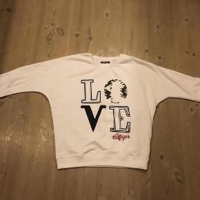 """Varetype: Bluse """"ny""""  Størrelse: 176 Farve: Hvid Oprindelig købspris: 700 kr.  Flot bluse, den er ny og ubrugt, men tags er desværre faldet af."""