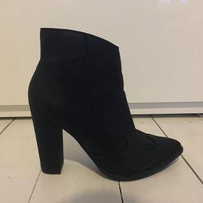 Lækre cowboy inspireret sorte støvler.Str. 38. Sælge fordi de bare samler støv. Brugt få gange.  Hæl 8 cm  Afhentes på adresse Grækenlandsvej (Amager), mødes ved Nørreport st. eller sendes på købers regning via DAO
