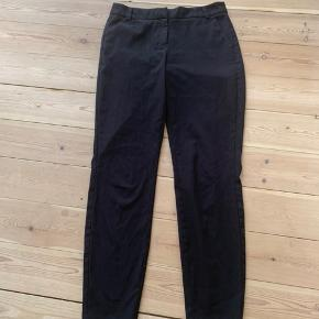 Lækre bukser. De er brugte, og der er et lille mærke i dem foran på højre bukseben (se sidste billede), men man bemærker det ikke som sådan🌸