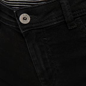 Stadig med prismærke.  - Shorts fra JACQUELINE de YONG  - Ensfarvede denim shorts  - Lukning foran  - Bæltestropper  - Lukkede forlommer  - 2 åbne baglommer  - Strækbart materiale  - Indvendig benlængde: 12 cm i størrelse M  67% Bomuld, 30% Polyamid, 3% Elastan  Jeg sender med Dao (køber betaler porto), her er pakken forsikret. Jeg udleverer et track & trace nummer så du altid ved hvor din pakke befinder sig. 💌 Jeg glæder mig til at handle med dig! ☺️  Tag også gerne et kig på mine andre annoncer. ☺️