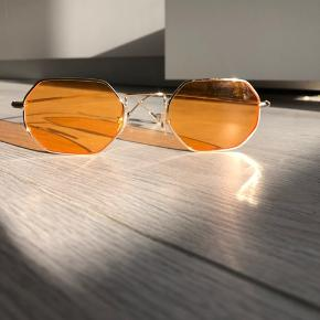Hexagon retro solbriller fra hjemmesiden Prettylittlething i farven orange og guld. Aldrig brugt, men prøvet et par gange.
