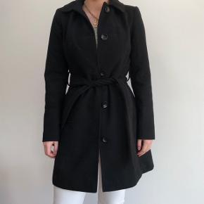 Super lækker frakker der er brugt nogle gange men det kan ikke ses. Har koster ca 700kr fra ny  Du er velkommen til at komme med et bud.  Tjek også min andre annoncer, har en masser billigt og lækkert tøj til salg og tilføjer ofte mere.  Køber betaler Porto som er 30-40kr.