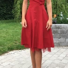 Super sød rød galla kjole. Brugt 1 gang.