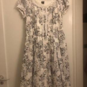 Helt ny kjole med Disney prinserne på købt hos EMP der står str 12 i kjolen svare til en M virkelig en smuk kjole med fin detalje på ryggen og så flot en inderkjole der kommer frem