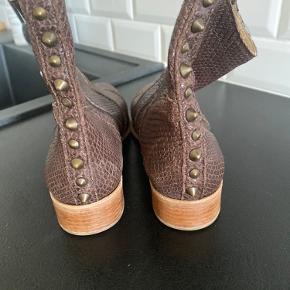 Lækker Bilibi støvle. Helt ny og aldrig brugt.  Desværre for små.