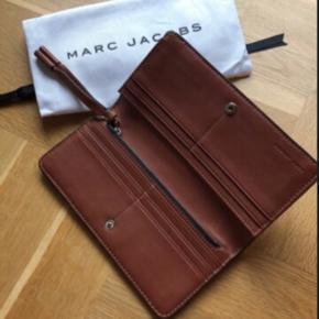 • Smuk pung fra Marc Jacobs.  • Brugt i to timer.  • pungen måler 9,5 * 19 cm.  Np: 1.450 kr.   Smid et bud :)
