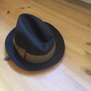 Film hat som man bruger i mange gamle film. Den med sløfe på siden af hatten.