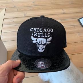 Mitchel & Ness Chicago Bulls snapback i sort læderlook.