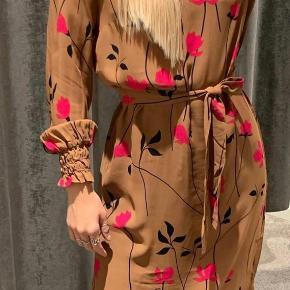 Ny pris 1.100kr for pr kjole Din pris 300kr for hver kjole