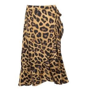 """Jeg sælger den populære, smukke Neo Noir """"Mika leo wrap skirt"""" leopard nederdel i str M.   Som man kan se har jeg haft gemt prismærket og eftersom jeg kun har haft nederdelen på 1 gang i ca 2 timer,  så har jeg altså sat standen som """"ny, med prismærke"""" da der absolut ingen brugsspor eller andet er, den er fuldkommen som ny med det originale prismærke. 😊 Så lækker og flot i snittet og den måde den falder på og med gode bindebånd, men den var bare ikke mig alligevel, derfor sælges den.  Stoffet er SÅ blødt og silkeagtigt, virkelig en god kvalitet.   Størrelsen vil sagtens kunne passes af en S og muligvis lille L også, alt afhængig af hvordan man ønsker den skal sidde. 😊 Hvis man gerne vil se den på, er der rigtig mange billeder på nettet, så man kan fornemme pasformen på nederdelen. Jeg sender ikke selv billede med den på. 😊  Som man kan se på prismærket, kostede den 499 kr fra ny.  Hvis den skal sendes, betaler køber fragt.  Mvh Betina Thy"""