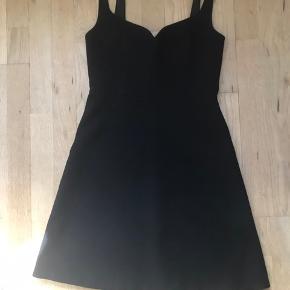 Smuk sort kjole fra & other stories. Kjolen sidder meget flot pga. den fine udskæring ved brystet samt a-form fra taljen. Er kun brugt et par gange og er derfor i rigtig god stand.