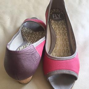 Skønne Peeptoe sko med kilehæl. Brugt en gang Nypris 1000
