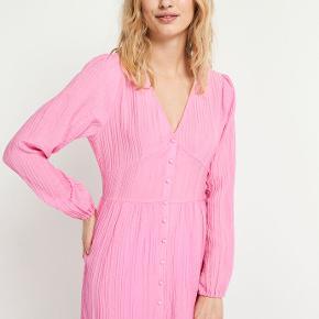 Sælger denne fine Envii kjole udelukkende fordi den er lidt for stor. Kun brugt 3 gange og vaske 2 gange så fremstår helt som ny.  Sendes med dao eller kan afhentes i Aarhus C efter aftale :)