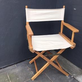 Smart inststruktørstol i træ med sammenklappeligt stel og armlæn og hvidt meget velholdt lærredsstof. Armlæn kan klappes ned så stolen kan bruges som taburet eller klappes helt sammen så den nærmest ingenting fylder. Flot stand!   Kan afhentes i Horsens el. vi kan mødes i Aarhus 😊
