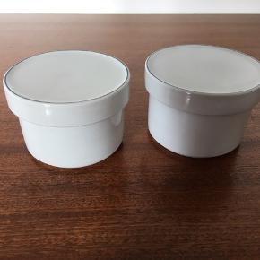 To sukkerskåle, sælges samlet. I perfekt stand, absolut uden skår el lign. Blåkant, kongeligt porcelæn. Farve er: hvid/lysgrå/lysblå. Spørg endelig, alle henvendelser er velkomne! Pris pr stk: 150,-