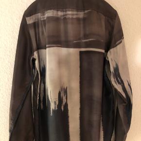 Helt ny og med tags fantastisk limited edition skjorte fra luksuriøse italienske Boglioli. 100% sublim silke. Flot multifarvet print. MADE IN ITALY. Ny pris var $1.100 (se tag) ca. 7.500kr.