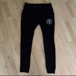 Only & sons bukser , har to meget små huller ved snørrebåndet, kan også ses på billederne