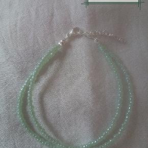 Håndlavet helt ny, aldrig brugt armbånd med rocai perler. Kæden og låsen er 925 sterlingsølv og da er 925 stempel på låsen. Længden er ca 19cm.