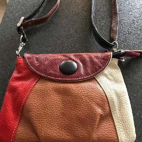 Varetype: Håndtaske Størrelse: 20 x 15 Farve: Beige,Black,Bordeaux,Cognac,Lilla,Rød Oprindelig købspris: 350 kr.