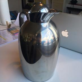 Termokande i højglanspoleret rustfrit stål fra mærket Tchibo. Rummer 1 Liter. Brugt to gange - man kan ikke se brugsspor. Nypris 299,-