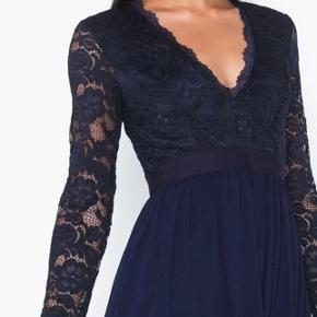 😍super flot mørkeblå kjole m blonder😍 Helt ny med prismærker og aldrig brugt  Afhentes 6700 Esbjerg🚘 Eller  Sendes med DAO📮