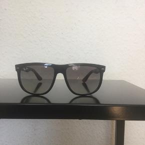 """Originale Ray Ban solbriller """"model Justin"""" sælges..   De er vel brugt, og har en del ridser, som det fremgår på billederne..    Sælges pænt billigt, ift nyprisen, pga ovenstående..    Har forsøgt så godt mit kamera, og jeg kunne formå at tage billeder af brugssporene..     SE OGSÅ MINE ANDRE ANNONCER.. :D"""